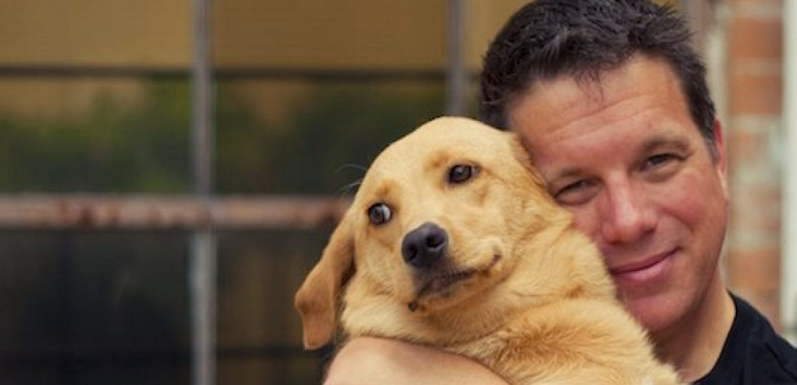 Especialistas recomiendan no abrazar a nuestros perros