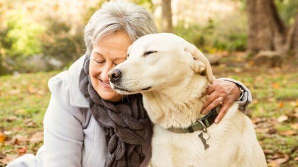 anciana-y-perro-mejoran-su-salud.jpg_1718483347